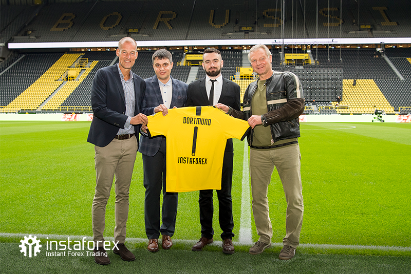 Legend of Borussia Dortmund Wolfgang de Beer, Business Development director for InstaForex Pavel Shkapenko, Business Development Director of InstaForex for Asia Roman Tcepelev and CEO of Borusssia Carsten Cramer hold the symbolyic Borussia-Instaforex jersey in front of the pitch of Singal Iduna Park Stadium